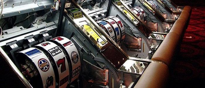 Des machines à sous truquées dans une salle de jeu